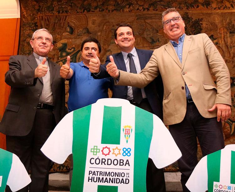 José María Bellido y José Román en el centro mostrando sus pulgares junto al presidente del IMDECO (d) y el Deán-presidente del Cabildo Catedral, Manuel Pérez Moya (i)