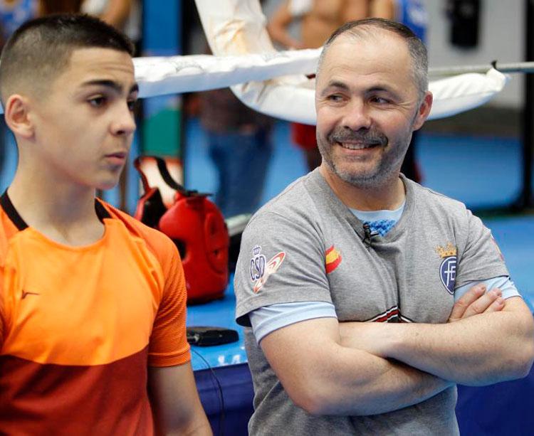 Rafa Lozano, padre e hijo, junto a un ring tras una jornada de entrenamientos en Madrid