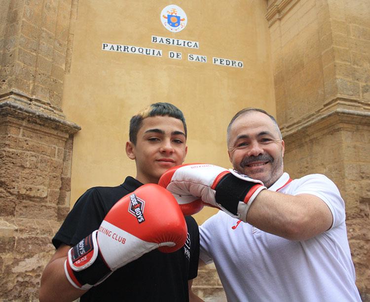 La saga continúa. Rafa Lozano, padre e hijo, en la puerta de la basílica de San Pedro en su barriada