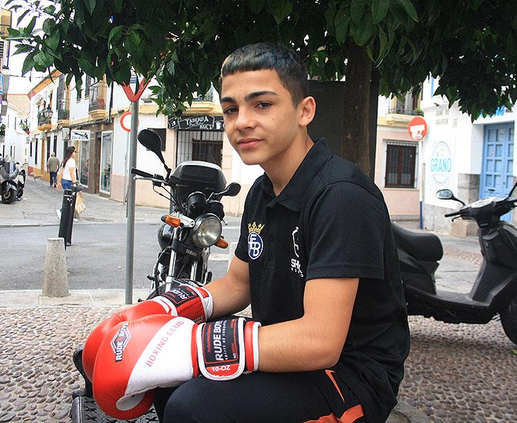 Rafa Lozano posando para la cámara de Cordobadeporte.com en un banco de la plaza de San Pedro