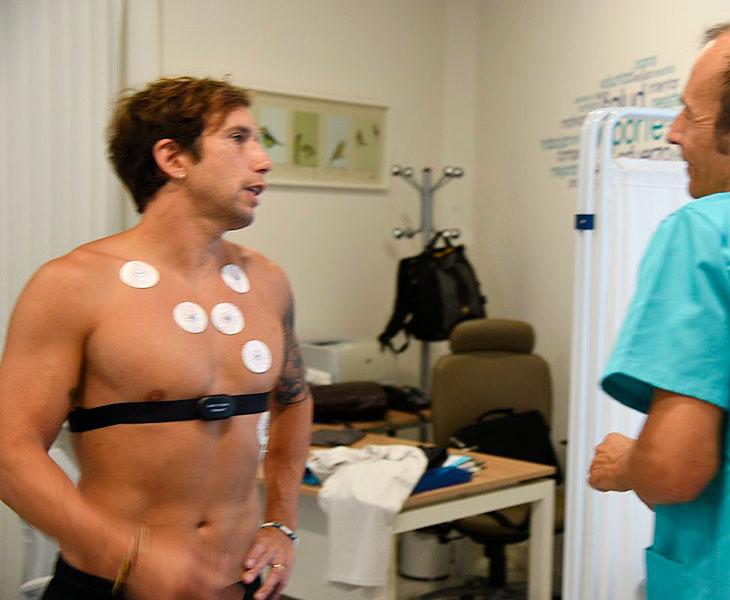 Raúl Cámara con distintos electrodos en su pecho durante el reconocimiento médico