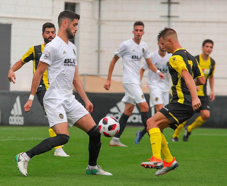 Fernando Román defendiendo la camiseta del Valencia Mestalla