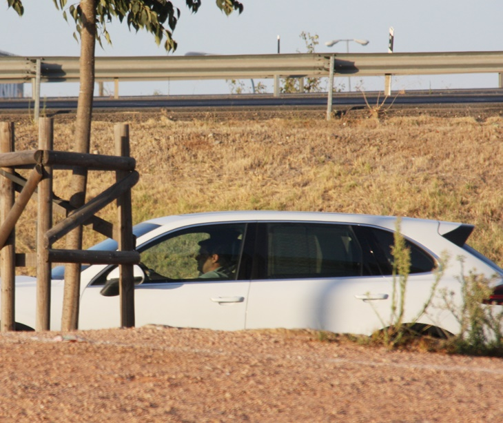 León alejándose en su vehículo tras no hacer declaraciones. Autor: Paco Jiménez