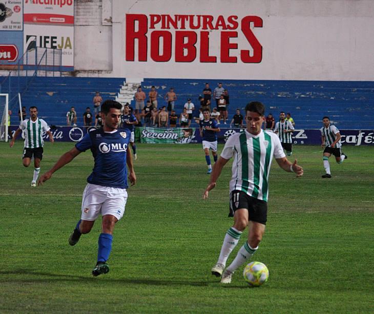 Juanto Ortuño avanza con el balón con la presión de un linarense