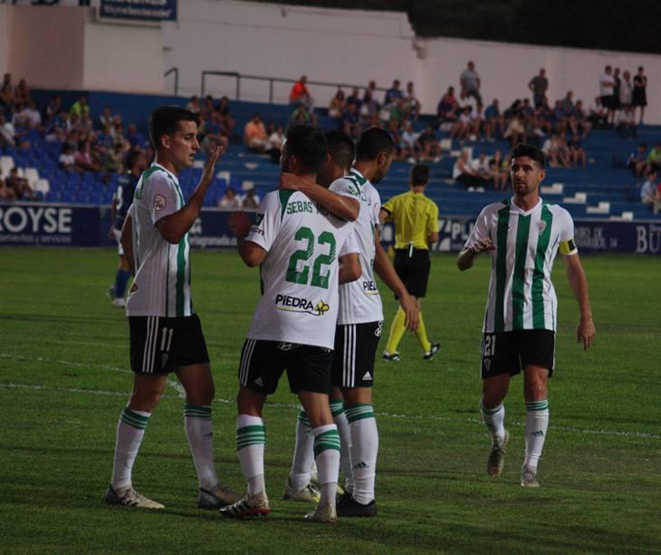 Los jugadores del Córdoba celebrando uno de sus goles en Linares. Autor: Paco Jiménez