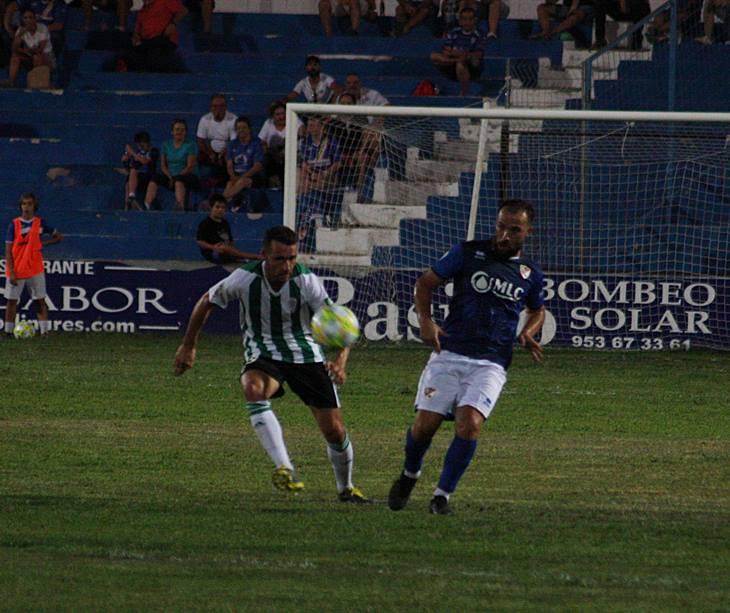 Jesús Álvaro sigue con la mirada un balón en juego. Autor: Paco Jiménez