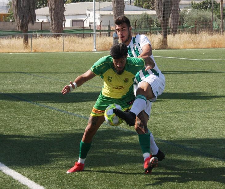 El jugador del Córdoba B peleando con el de Los Barrios. Autor: Paco Jiménez