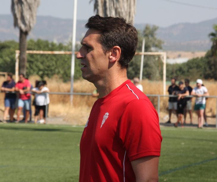 Diego Delgado observando a sus jugadores desde la banda. Autor: Paco Jiménez