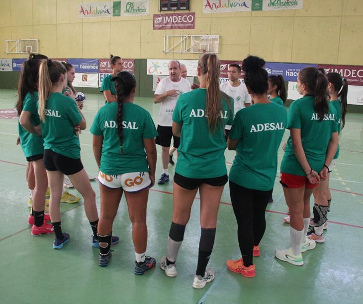 Rafa Moreno dando las primeras indicaciones al equipo. Autor: Paco Jiménez.