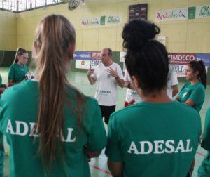 Rafa Moreno dando las indicaciones al equipo. Autor: Paco Jiménez