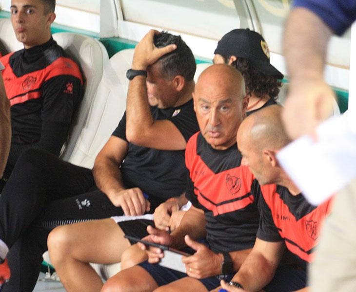 Juan Luna Eslava departiendo con Paco en el banquillo