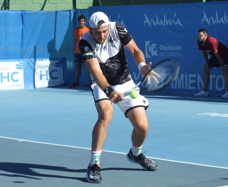 Ilya Marchenko golpeando de revés