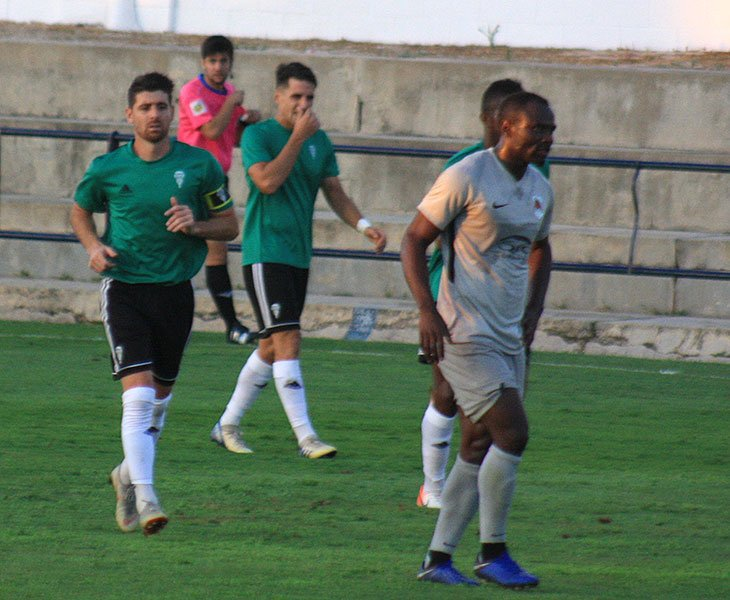 Javi Flores y Juanto Ortuño regresando a su campo tras el empate cordobesista