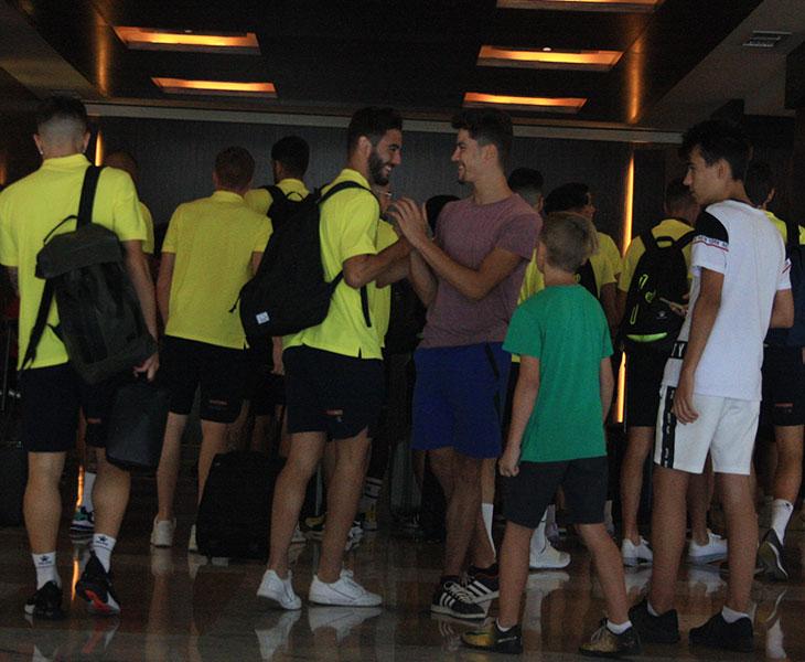 Andrés Martín saludando a varios jóvenes cordobesistas a su llegada al hotel Center