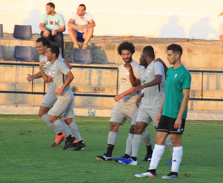Los jugadores del Al Rayyan celebrando uno de sus tantos ante un contrariado Ángel Moreno