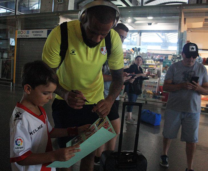 El portugués Bebé firmando un autógrafo a un joven rayista