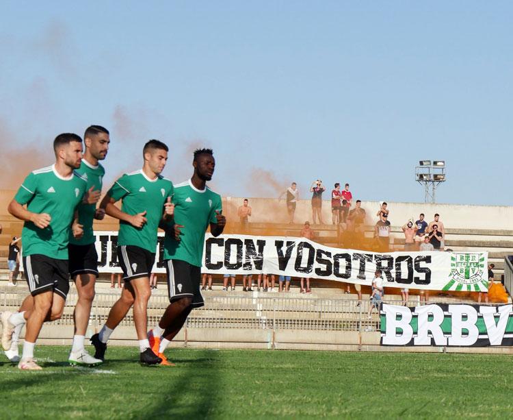 El equipo realizando carrera continua con la afición animándole al fondo. Foto: Córdoba CF