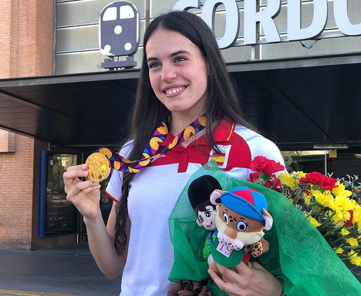 Carmen Avilés posando con su oro a su llegada a Córdoba