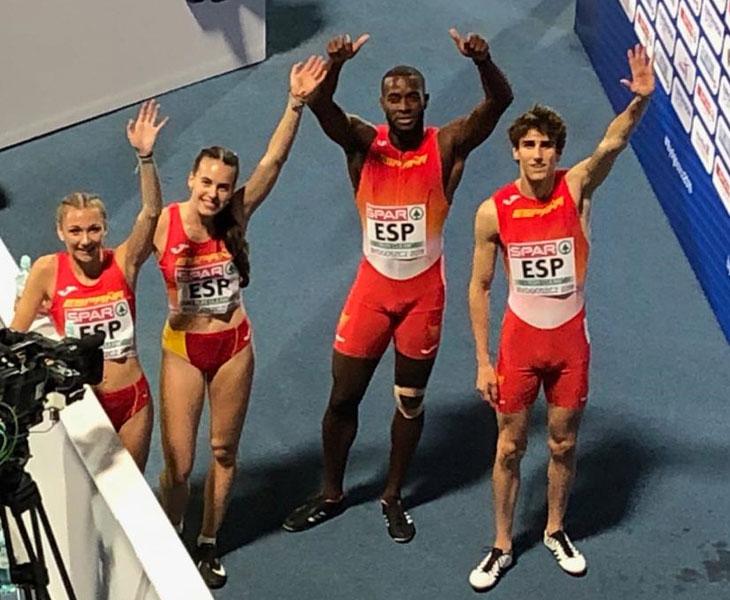 Carmen Avilés y sus compañeros del relevo mixto saludando tras el récord