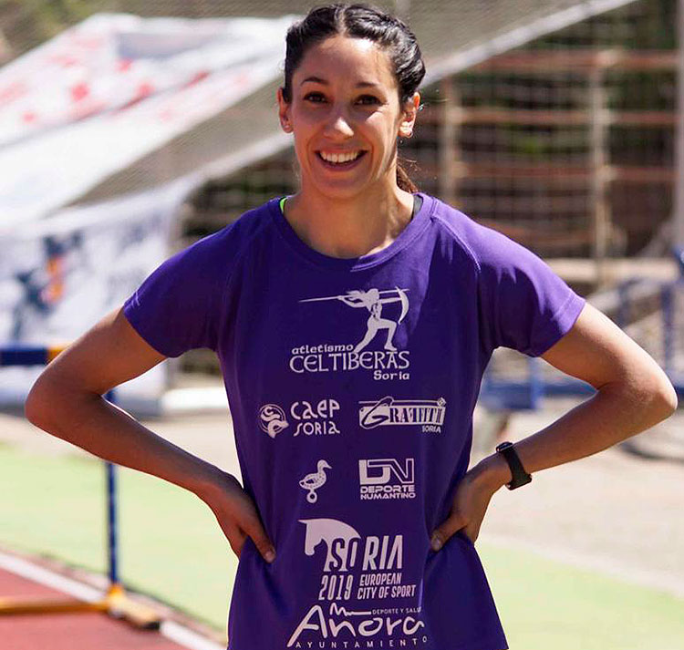 Carmen Romero luciendo sonrisa y patrocinadores, con su Añora querida siempre presente pese a la distancia que le separa durante casi todo el año