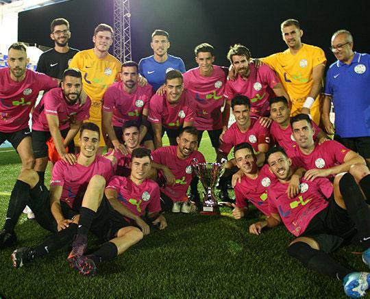 Los jugadores lucentinos posando tras ganar el trofeo en Alhaurín
