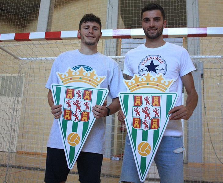 Cristian Cárdenas (i) y Zequi (d) sostienen el escudo del Córdoba CF a falta de camisetas oficiales