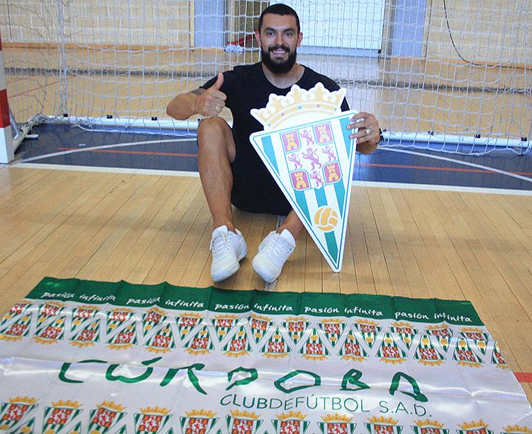 Daniel Gisson posando con el escudo y la bandera del Córdoba Patrimonio de la Humanidad