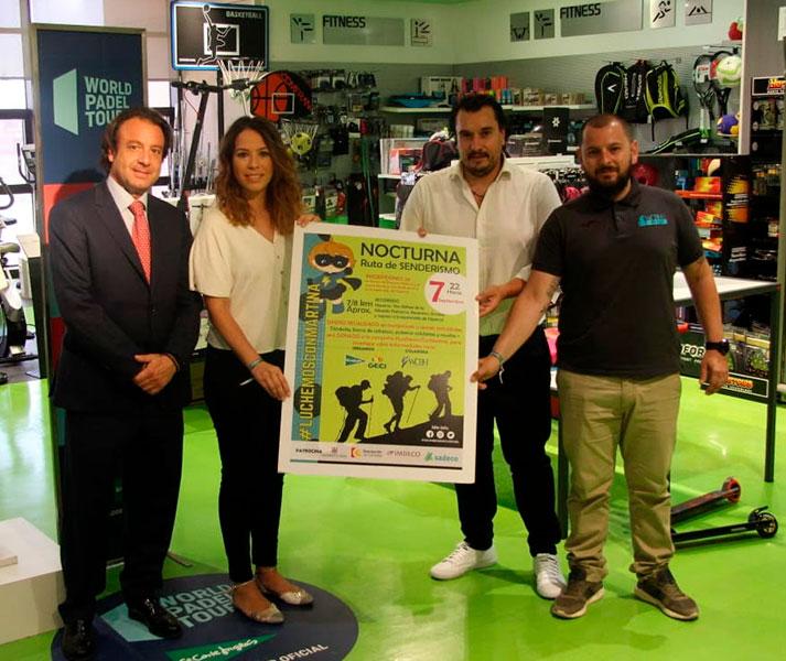 Daniel García Ibarrola junto a los padres de Martina y el responsable técnico de la prueba, Javier Escobar, mostrando el cartel