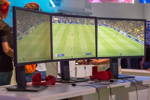 Tres pantallas con eSports en juego