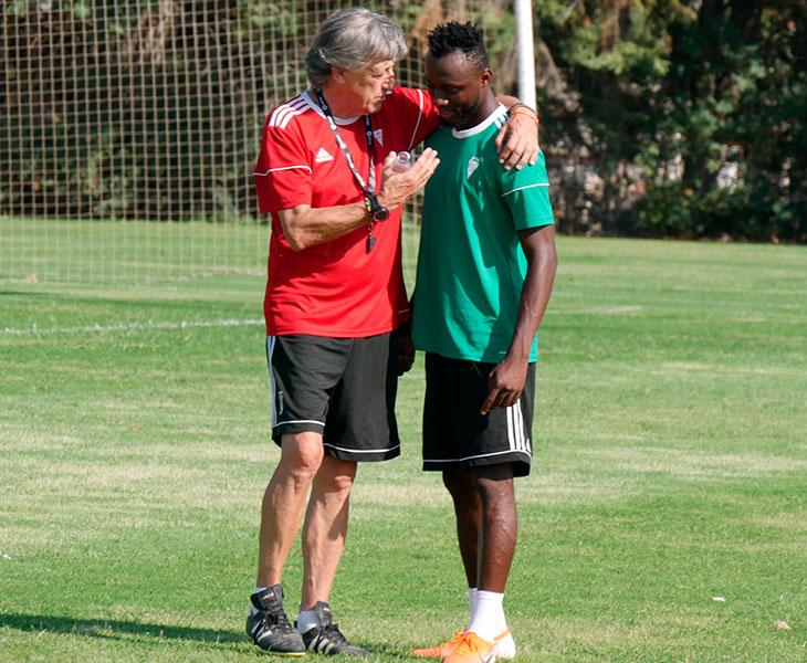 Enrique Martín bromenado con Owusu en su primera vez en la Ciudad Deportiva.
