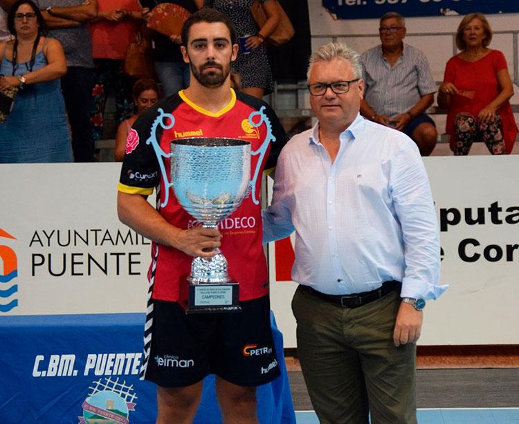 El capitán de Cajasur Córdoba BM Nano recibiendo el trofeo de campeones del alcalde pontano, Esteban Morales
