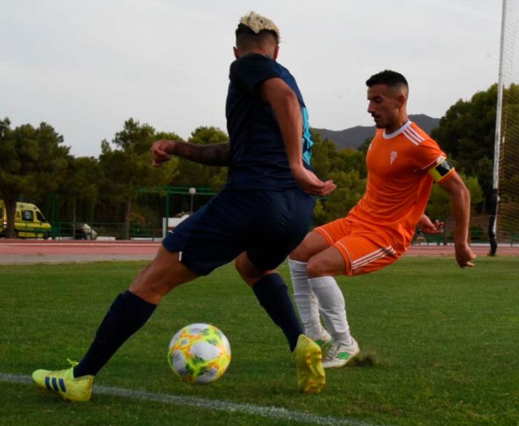 Fernández tapa a un jugador del Recreativo Granada