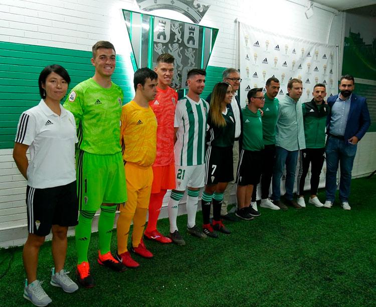 Minori Chiba, Edu Frías, Becerra, Javi Flores, Fernández, Avilés y De las Cuevas posando con las nuevas equipaciones de Adidas