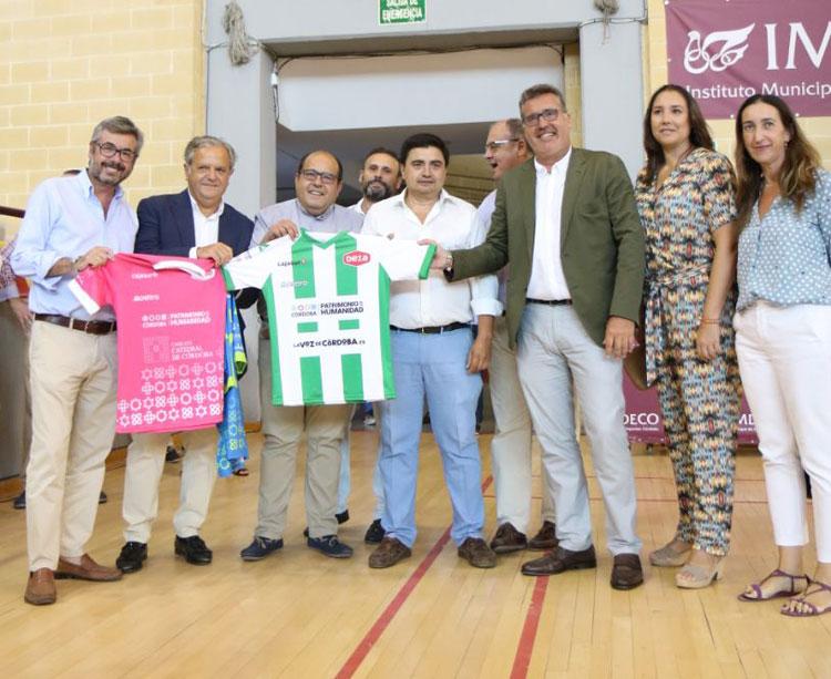 José García Román, presidente del Córdoba Patrimonio de la Humanidad, con representantes políticos de la ciudad