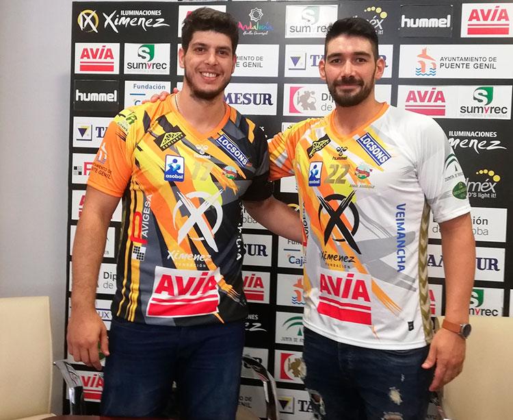El pivote Javier García y el lateral izquierdo portugués Nuno Gonçalves durante su puesta de largo