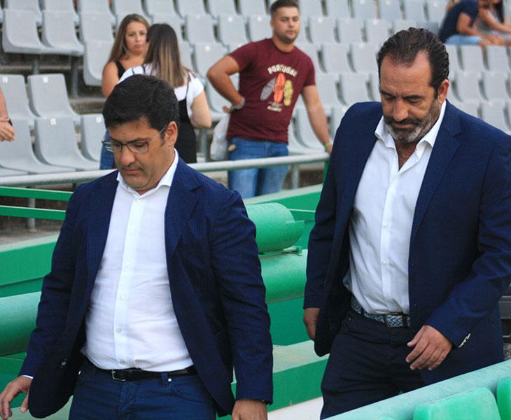 Jesús León bajando por la bocana de vestuarios acompañado por Miguel Romero, el nuevo responsable del equipo femenino