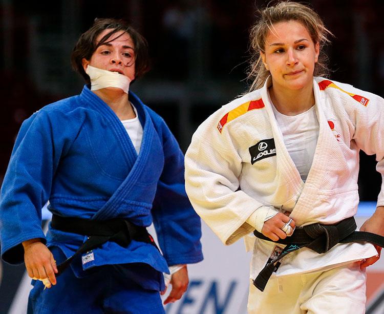 Julia Figueroa, con una ostensible venda, en el combate por el bronce que ganó a Laura Martínez
