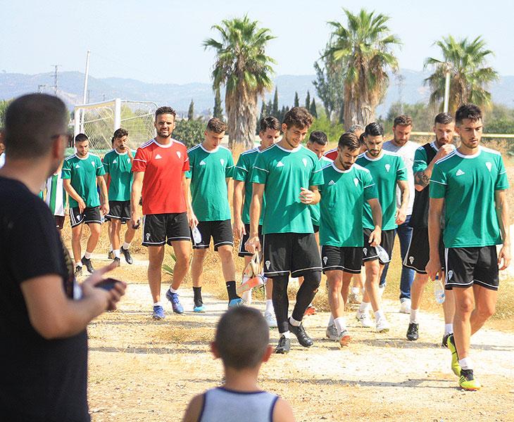 La plantilla del Córdoba a la conclusión de un entrenamiento con Llamas y Ángel Moreno a la cabeza del grupo, con Sebas Moyano a la izquierda