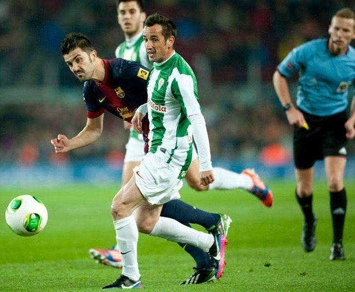 José María López Silva adelantándose a David Villa en el partido de Copa del Rey de 2012