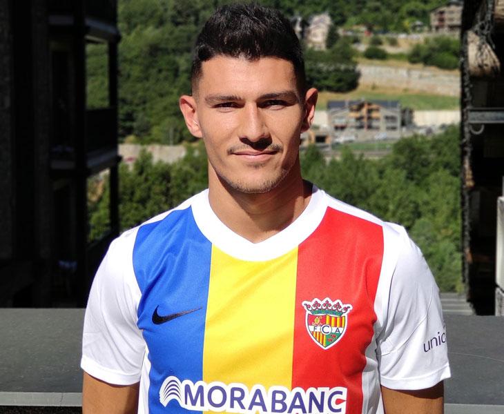 Miguel Loureiro con su nueva camiseta tricolor