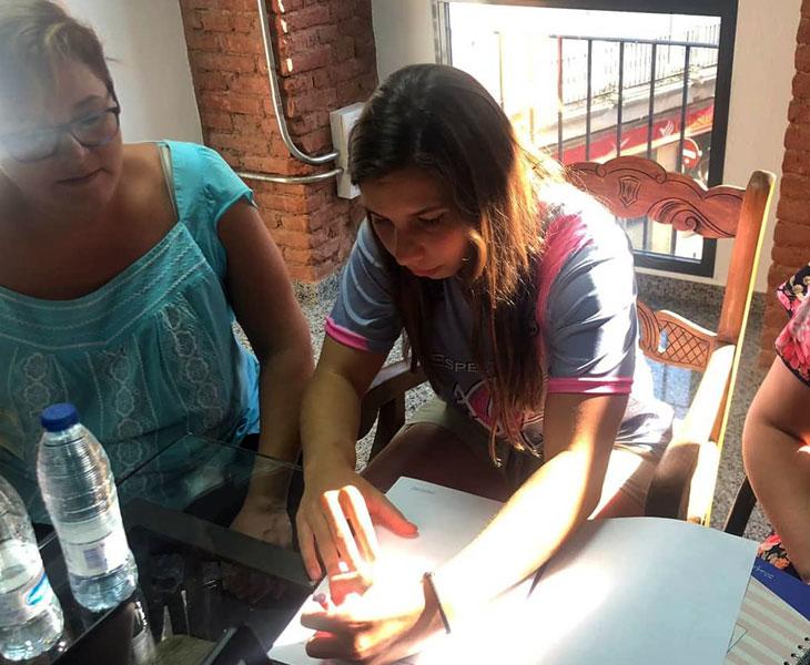 Margarida Sousa firmando su contrato