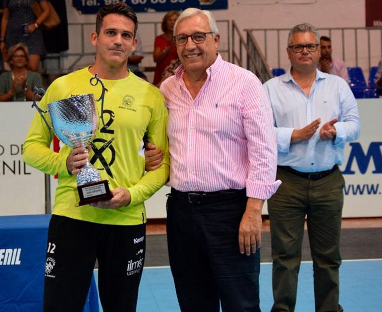 Mariano Jiménez en el pasado Torneo de Feria entregando a Álvaro de Hita el trofeo de segundo clasificado.