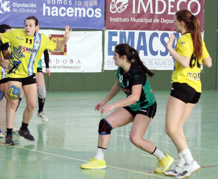 Marta Pombal, una de las jugadoras que seguirá en Adesal, en un partido de la pasada temporada