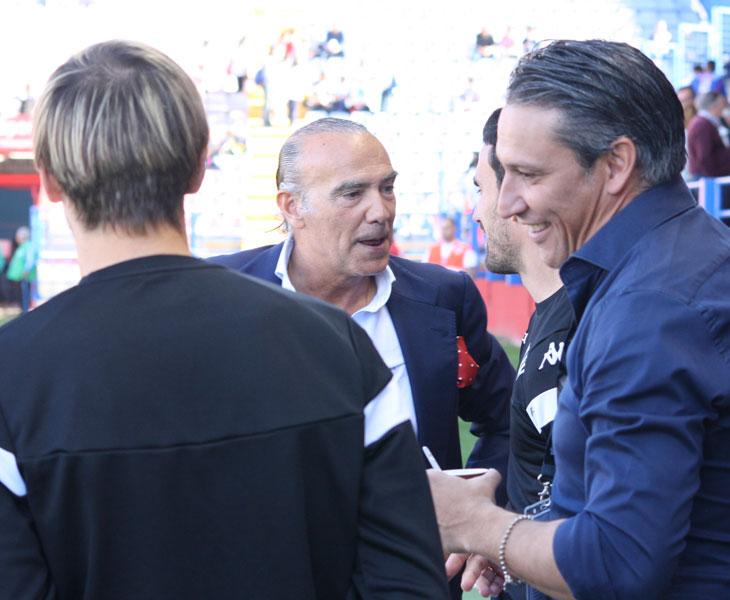 Luis Oliver hablando con jugadores del Córdoba y López Ramos en el Extremadura-Córdoba de febrero. Autor: Paco Jiménez