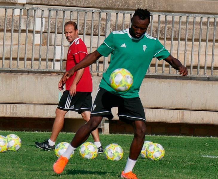 El ghanés Owusu en su primer entrenamiento con el Córdoba en la Ciudad Deportiva