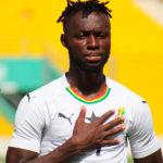 Owusu escuchando el himno de Ghana jugando con su selección