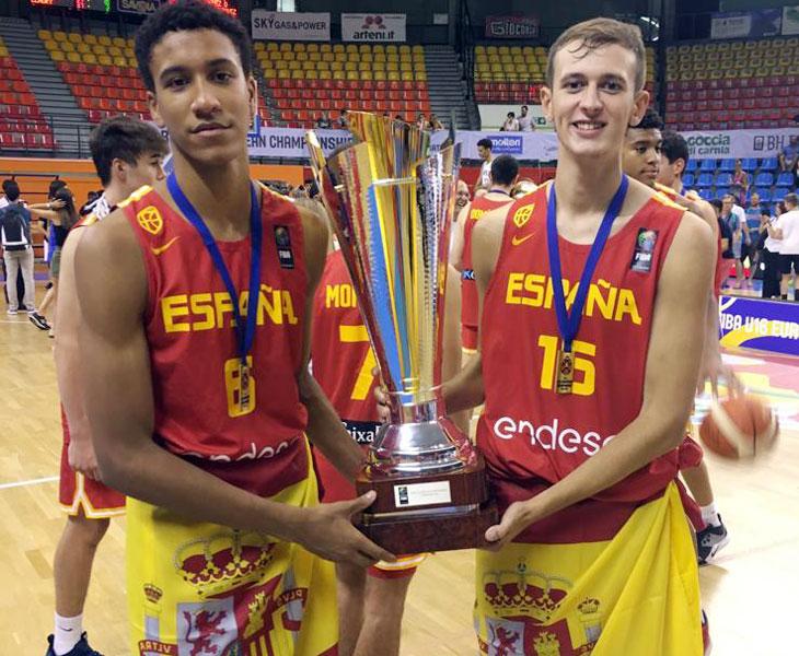Pablo Tamba sosteniendo el trofeo de campeón junto a su compañero en Unicaja, León. Foto: Emilio Fernández / La Opinión de Málaga
