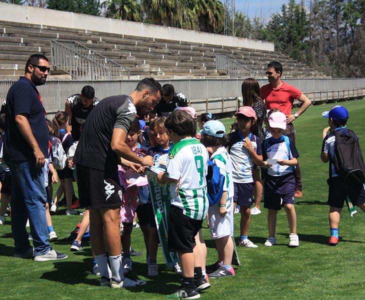 Paco Aguilera, al fondo a la derecha, coordinando la firma de autógrafos de la visita de uno de los muchos colegios que pasaron por la Ciudad Deportiva en los dos últimos años