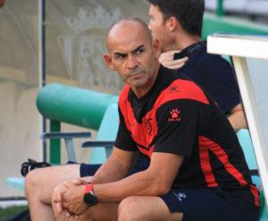 Paco Jémez sentado en el banquillo de El Arcángel
