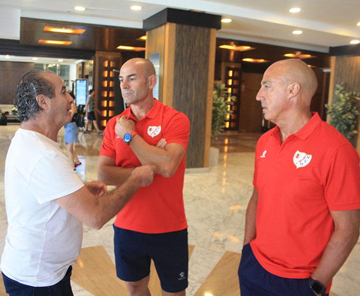 Paco Jémez y Juan Luna Eslava departiendo con Pepín en el Hotel Center